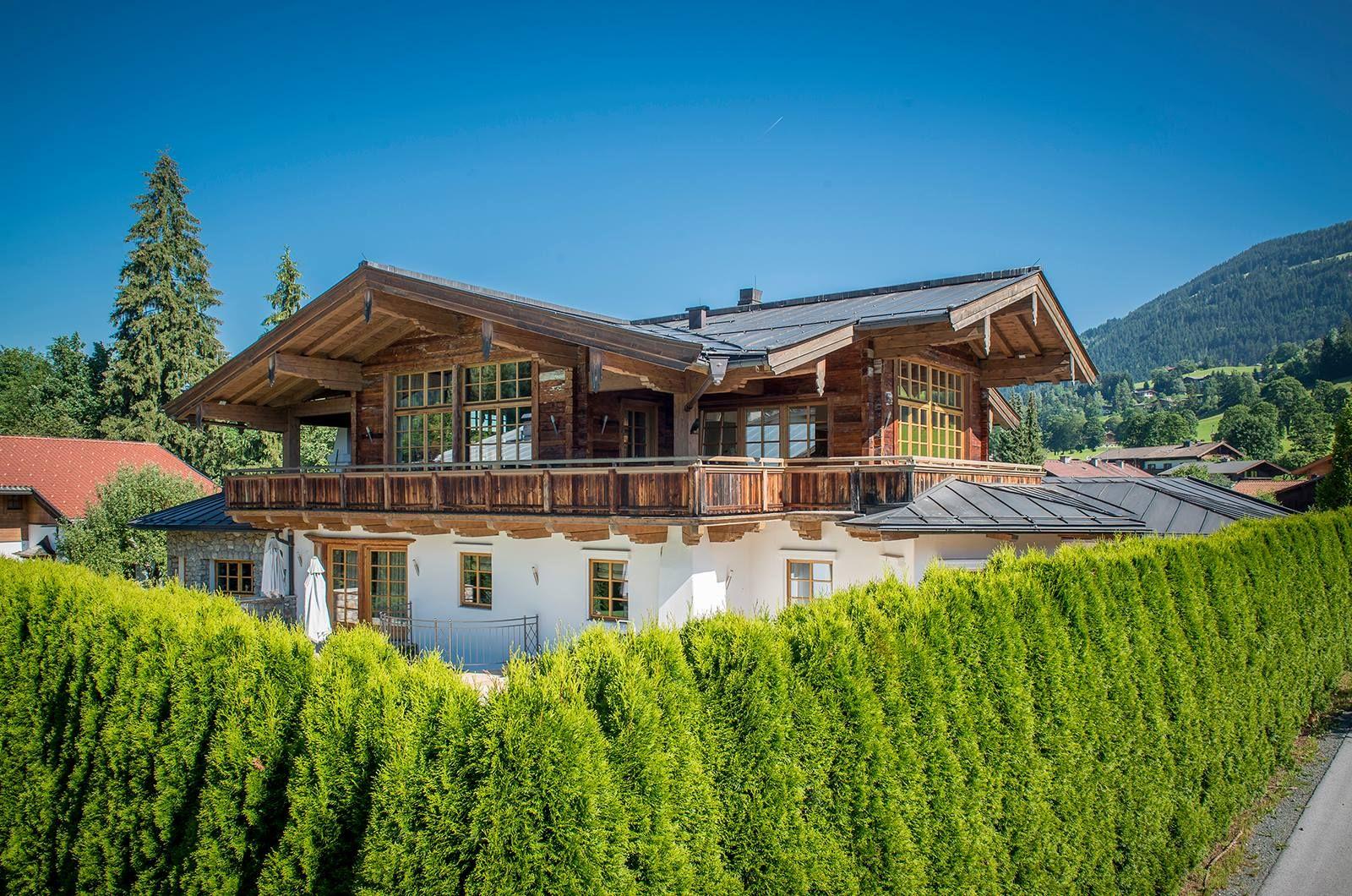 chalet im landhausstil mit blick auf die berge kitzb hels berghaus haus bauernhaus und. Black Bedroom Furniture Sets. Home Design Ideas