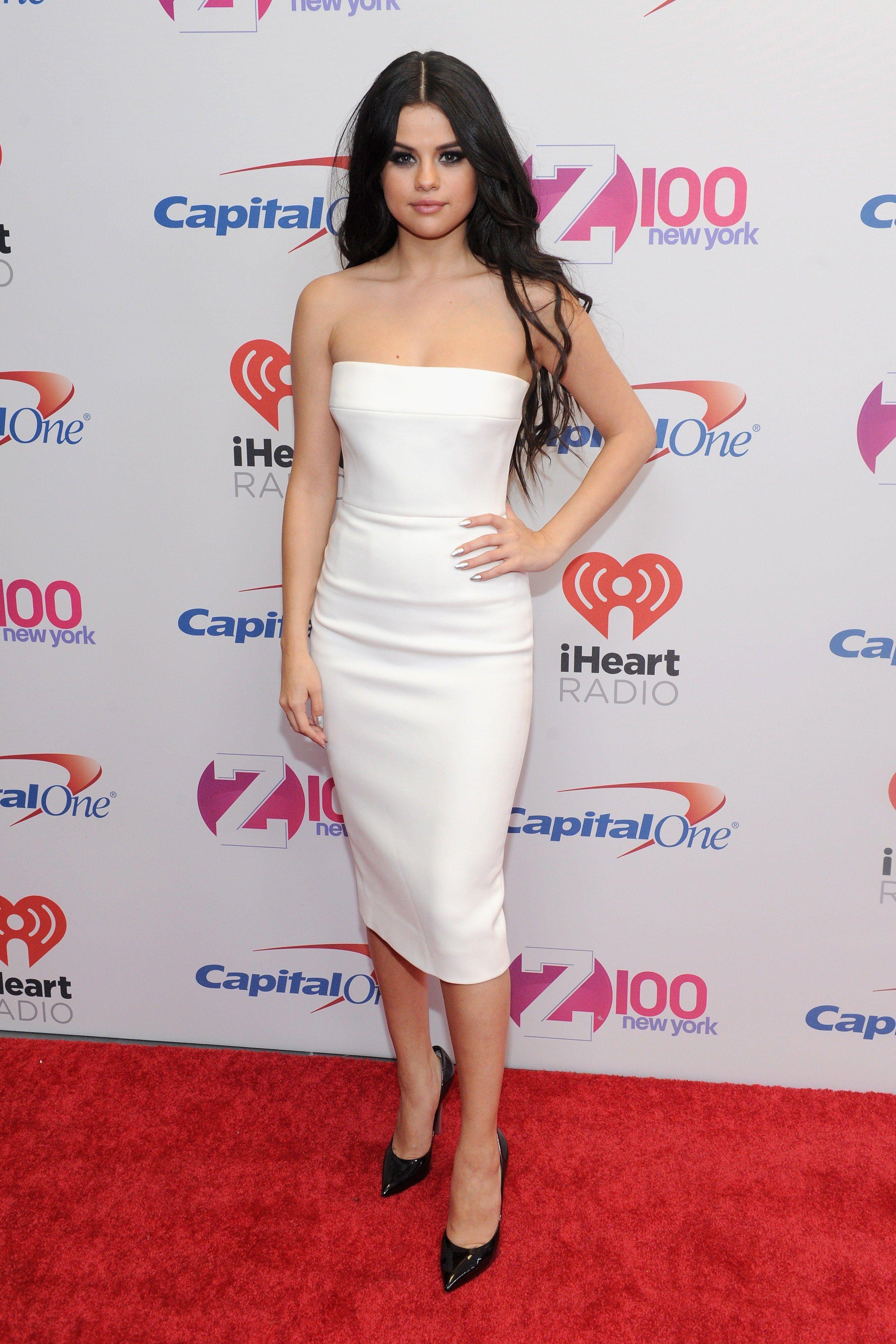 Selena Gomez Wore A Dress That Was Half Sweater Half Ballgown Selena Gomez Outfits Selena Gomez Dress Selena Gomez White Dress