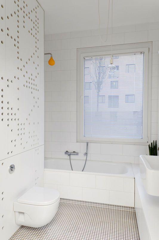 Biala Lazienka Z Mozaika Na Podlodze Lazienka Styl Nowoczesny Aranzacja I Wystroj Wnetrz White Bathroom Diy Furniture Interior