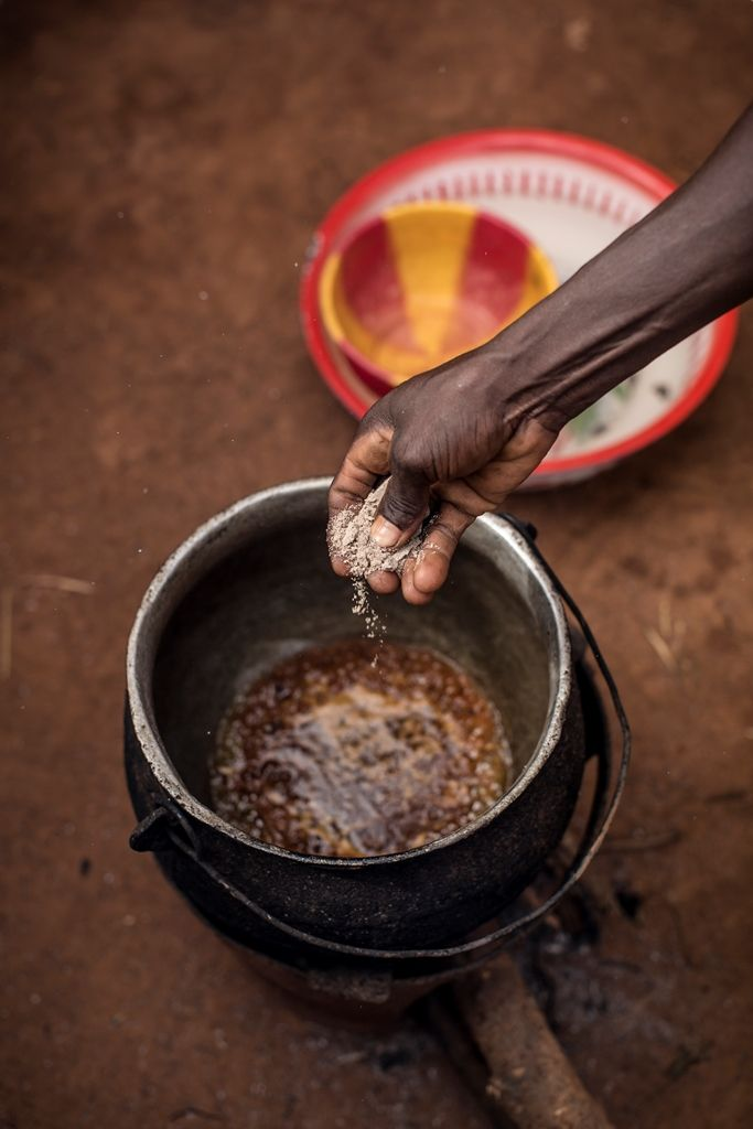 Niger: Maca Ingredients:  •500g Packet of spaghetti •1 Teaspoon of chili powder •5 Tablespoons of cooking oil •Salt and pepper •Instructions © World Food Programme / Chris Terry – supported by the EU