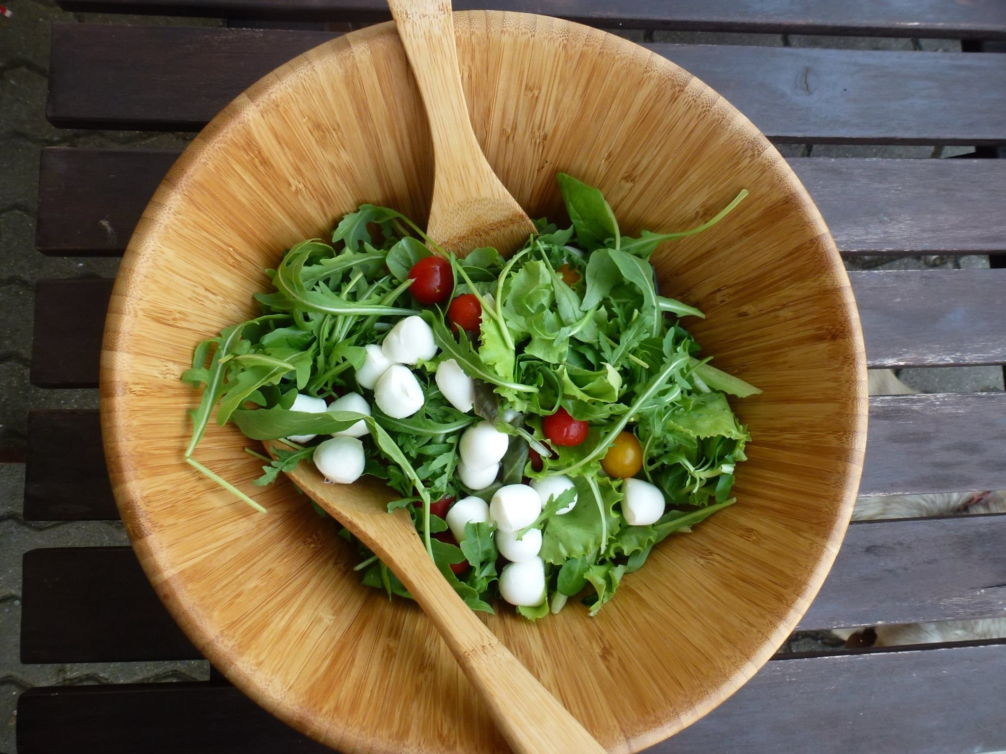 Zeleninový šalát s baby mozzarellou a paradajkami ... www.vinopredaj.sk  #mozzarella #tomato #paradajka #salat #pomodoro #delikatesy #delishop #inmedio