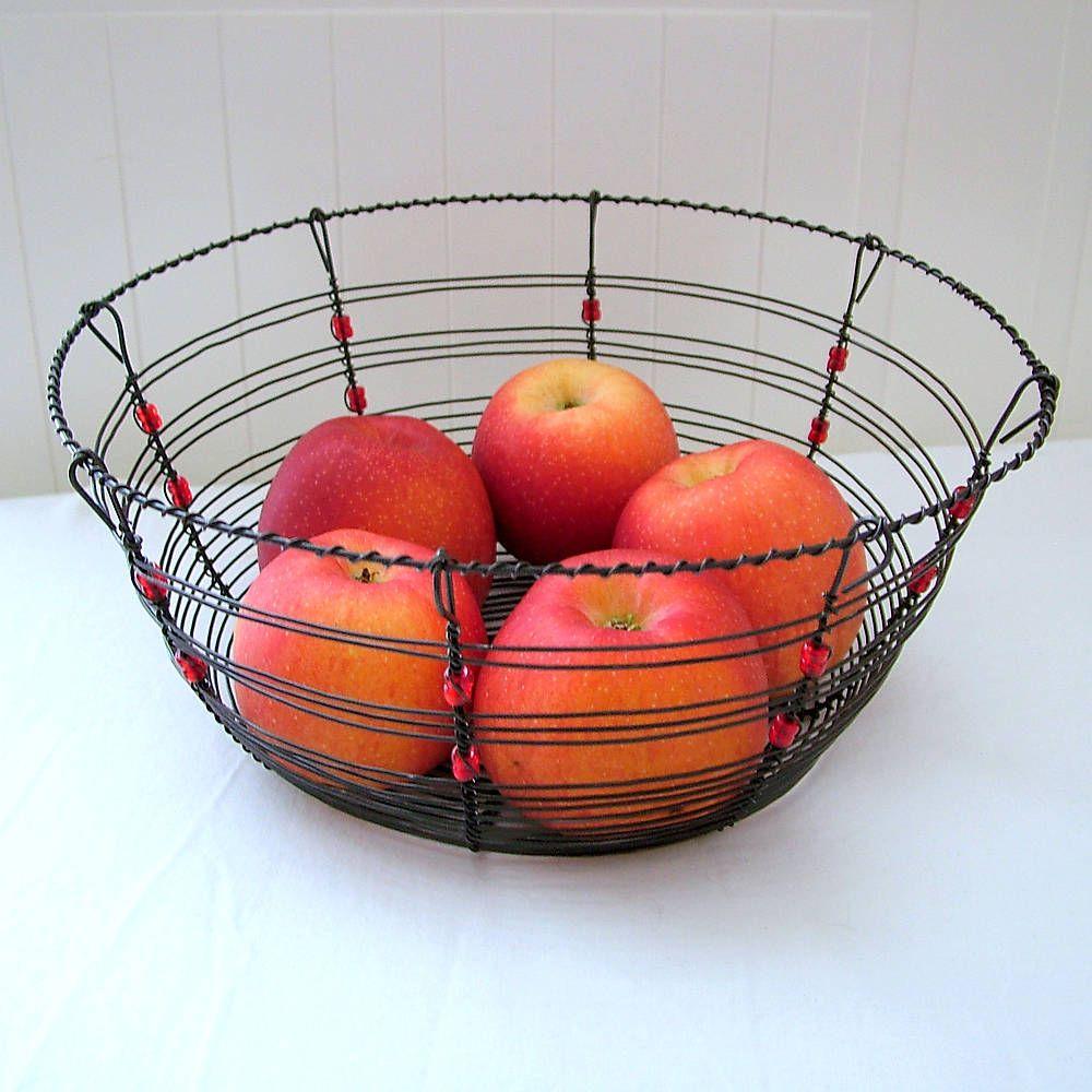 košík s červenými korálikmi