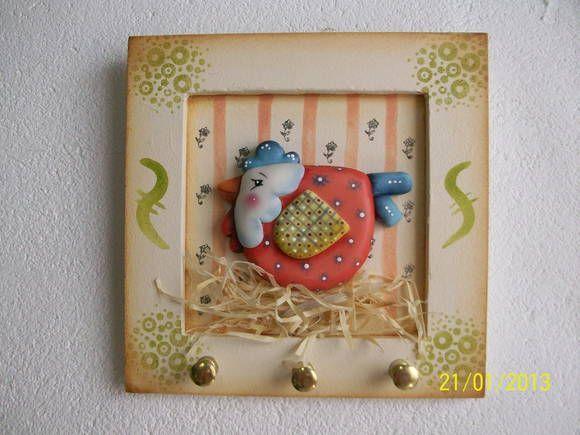 Porta chaves com galinha country trabalhado em biscuit. R$ 23,00: