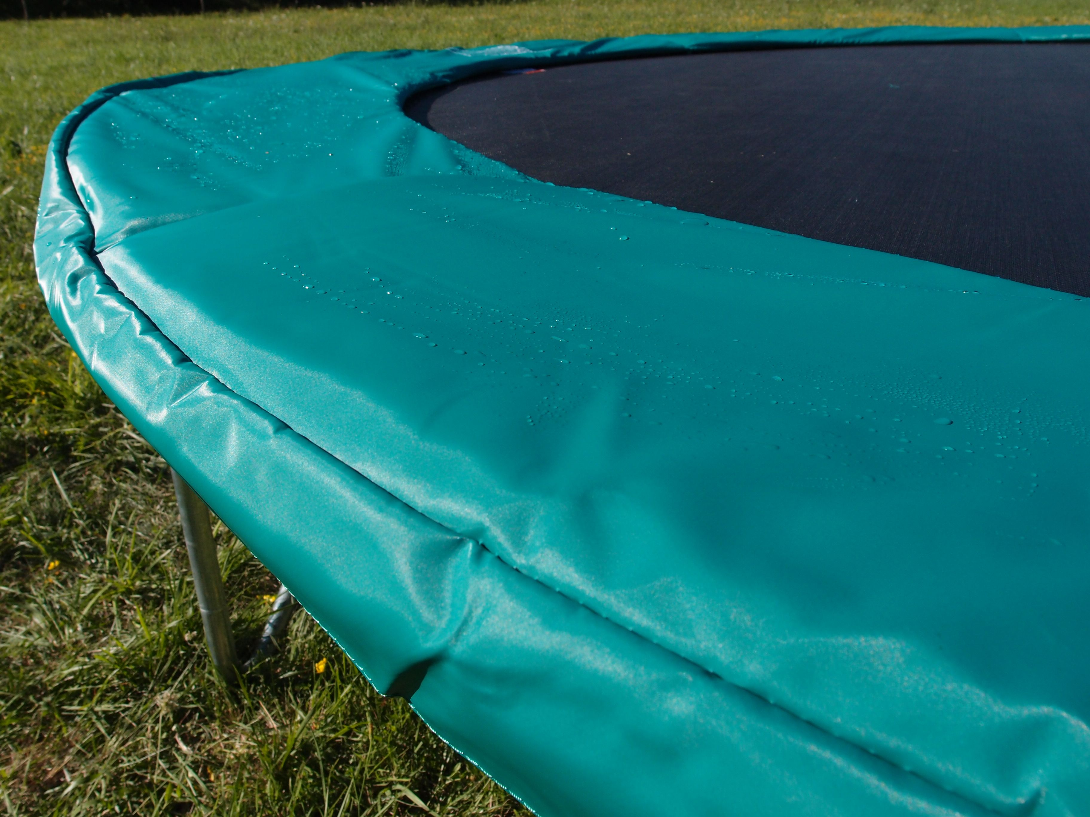 nos coussins et toiles de saut de trampoline sont prot g s. Black Bedroom Furniture Sets. Home Design Ideas