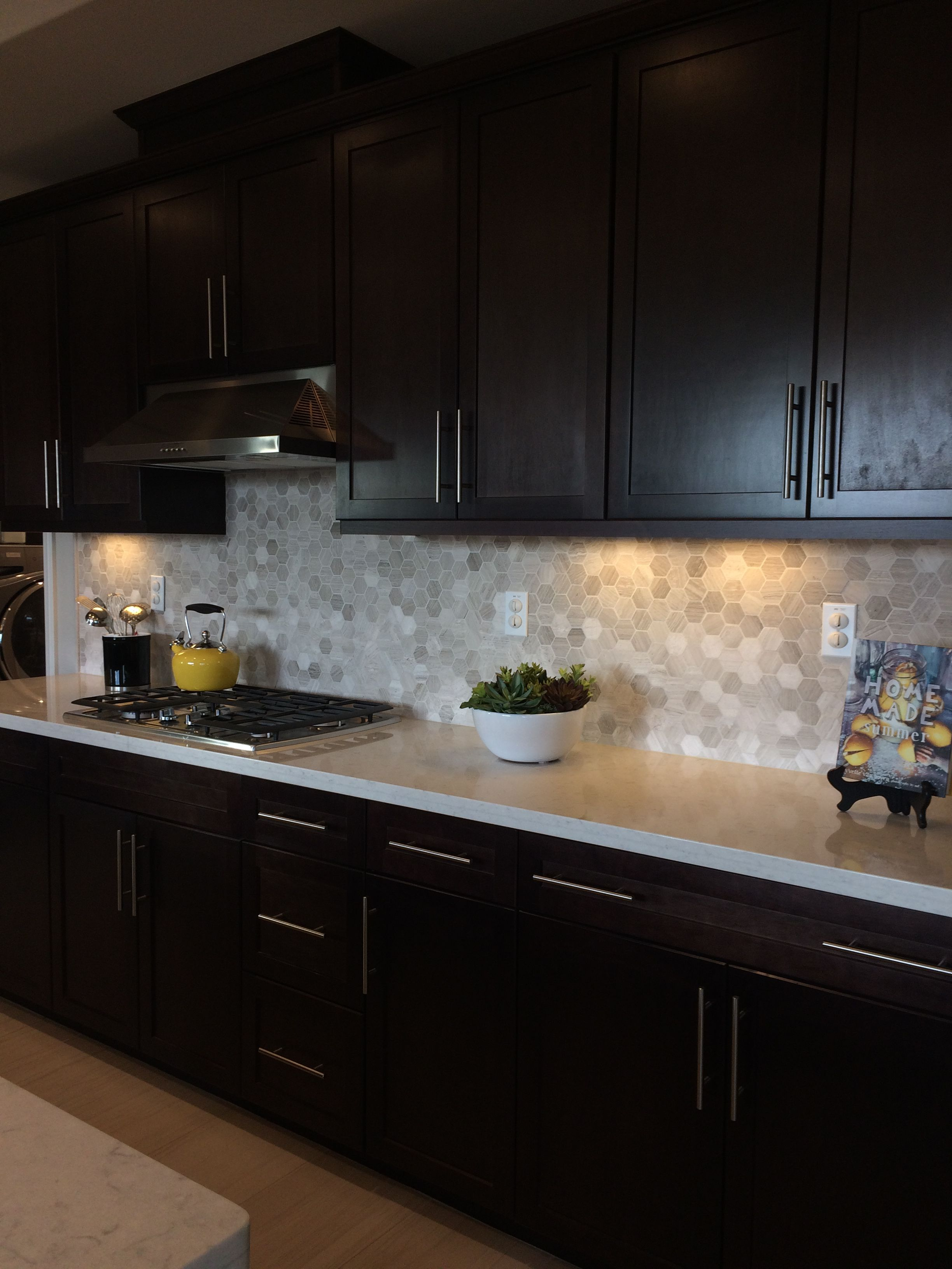 Dark Brown Kitchen Cabinets Light Quartz Countertop Dark Brown Kitchen Cabinets Brown Kitchen Cabinets Kitchen Cabinets And Backsplash