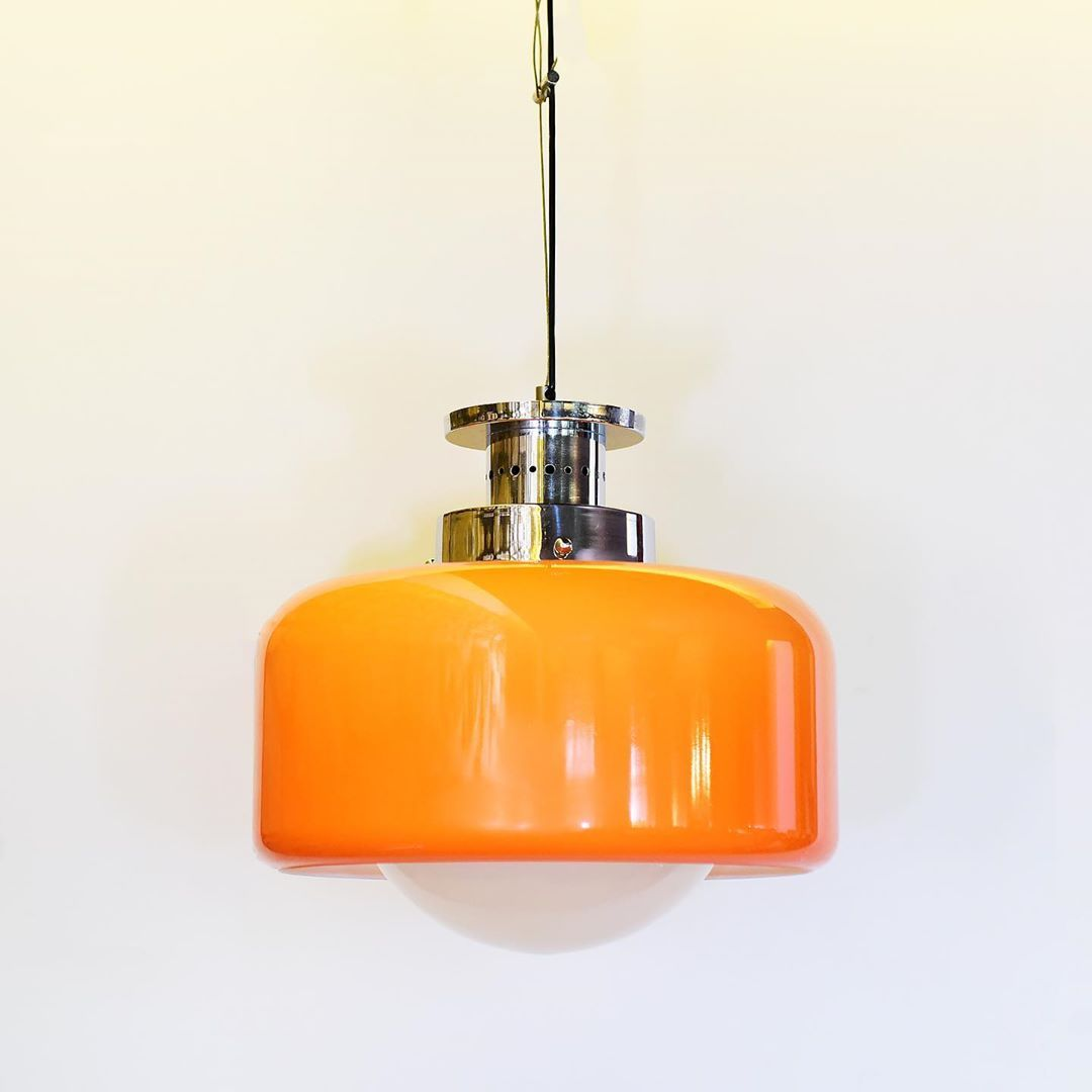 Who misses  the 70 ies ?? Bring them back with this hanging lamp in glass and orange plastic !!