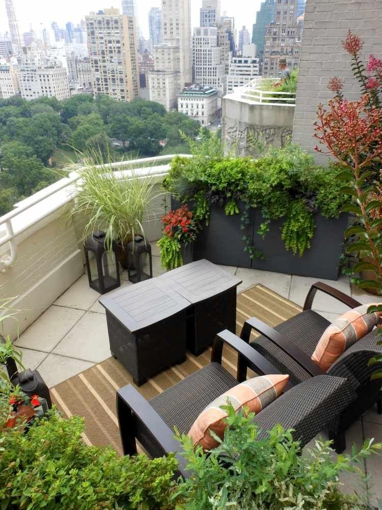 comment am nager son balcon id es inspirantes et astuces balcons fauteuils et plantes. Black Bedroom Furniture Sets. Home Design Ideas