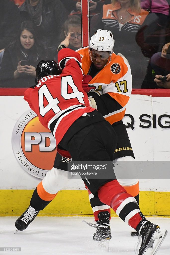 newest 80c08 985ca Philadelphia Flyers Right Wing Wayne Simmonds and New Jersey ...