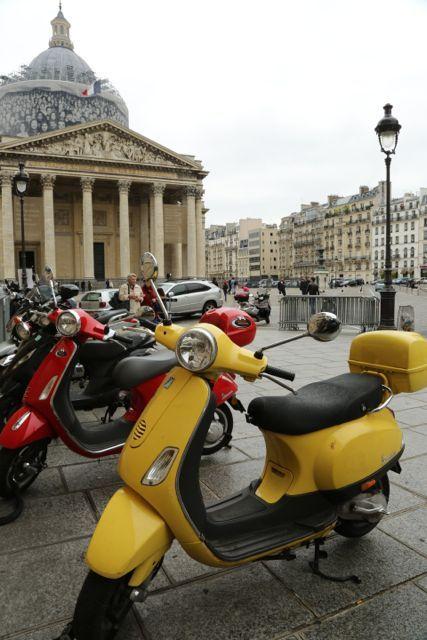 #Vespa. Paris.