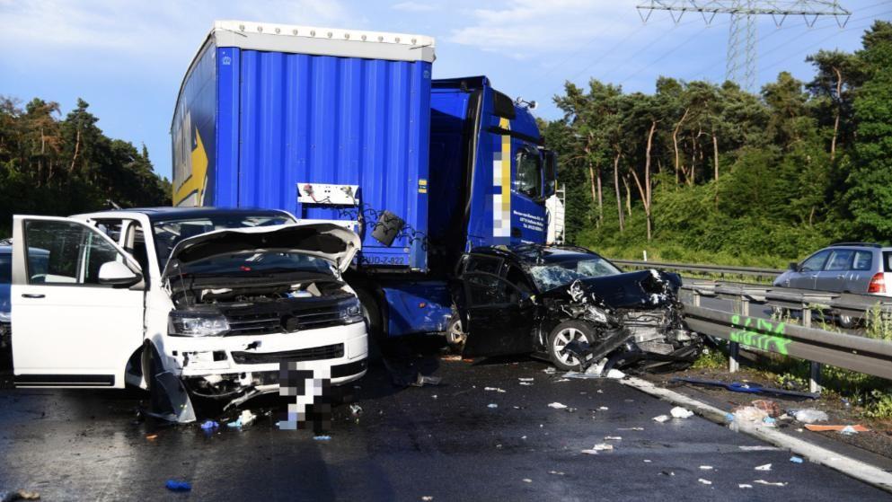 Ermittlungen Zu Lkw Unfall Mutter 53 Und Tochter 31 Sterben