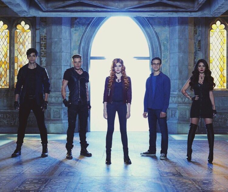 #Shadowhunters They're all serious and there's Simon just like smiling hahaha