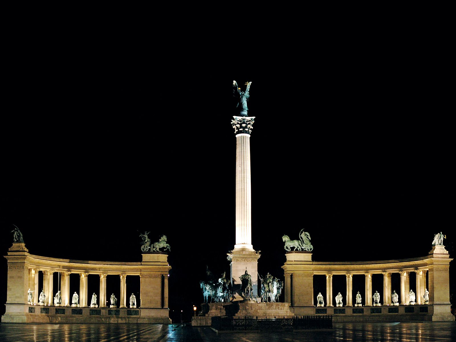 budapest-monument-at-night-hungary
