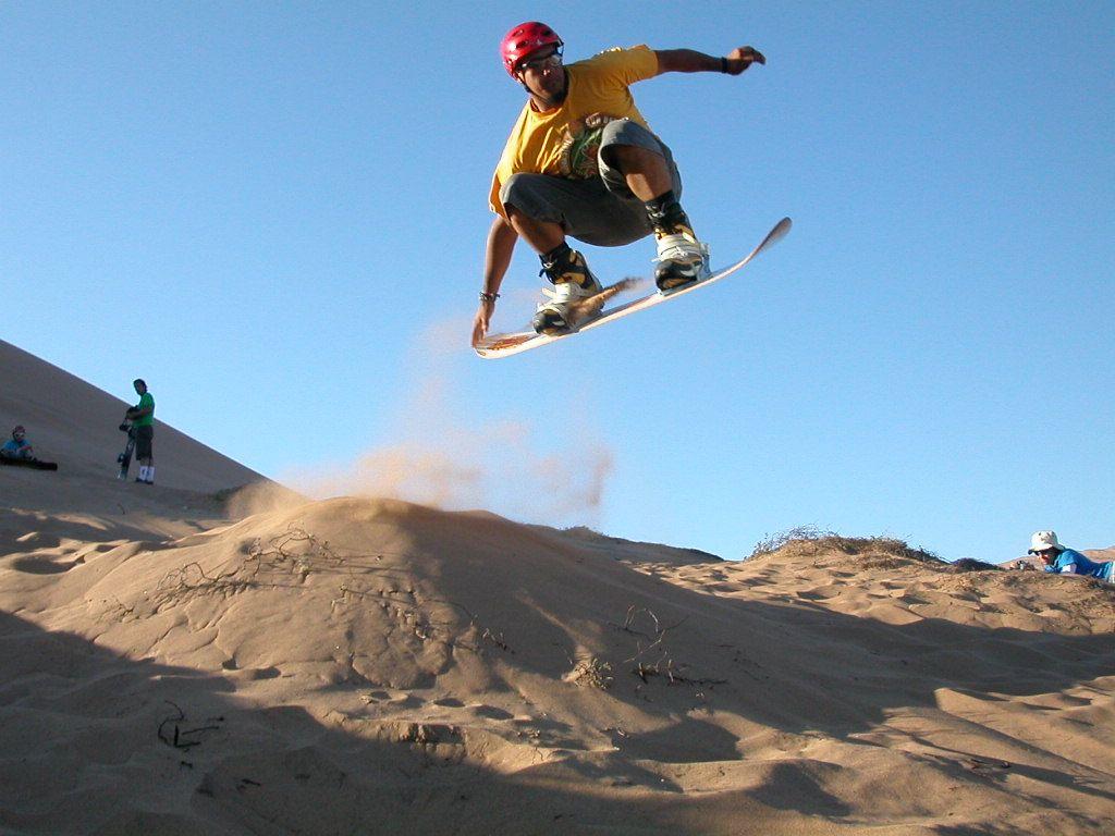 El sandboarding es uno de los deportes de aventura en Chihuahua más emocionantes.