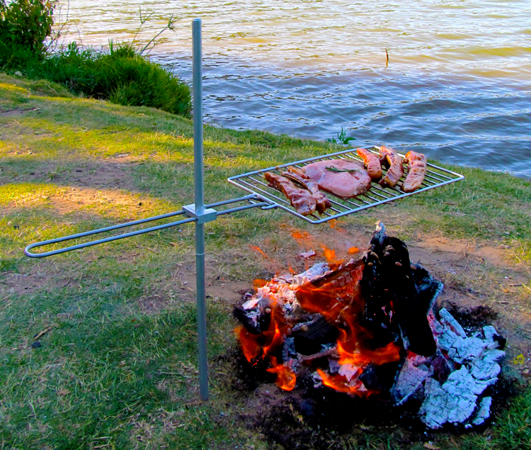 ATG Adventure bbq / Braai grid. Gnarly adventurers love nothing more than to grill or cook on a grid over an open flame. This grid is the perfect life time companion for your adventures. Whether it is going fishing with the kids for the first time. Going on a hunting trip or hiking the Fish River Canyon. SPECIFICATIONS: Dimensions: 34.5cm x 21cm with 3mm DIA 304 Stainless wire. Aluminium pole: 65cm Weight: 700grams