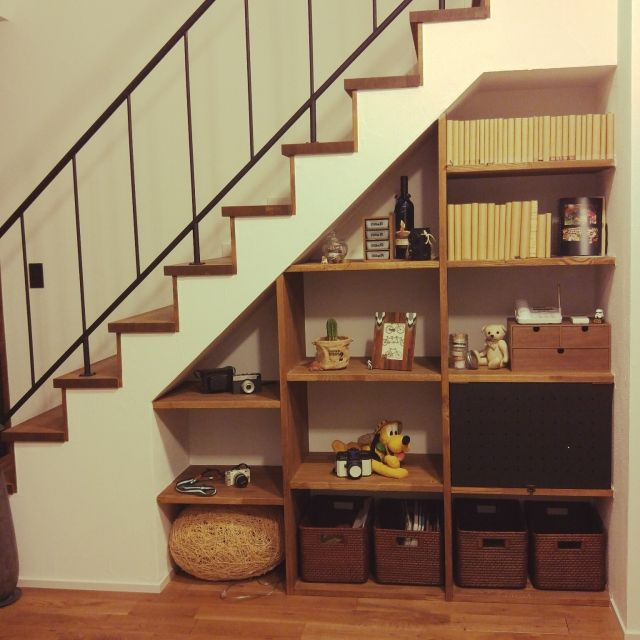 階段下のスペースは上手に使うと収納量を大幅にアップできます 靴や本