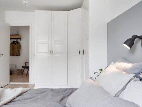 Scandinavische slaapkamer met hoek kledingkast