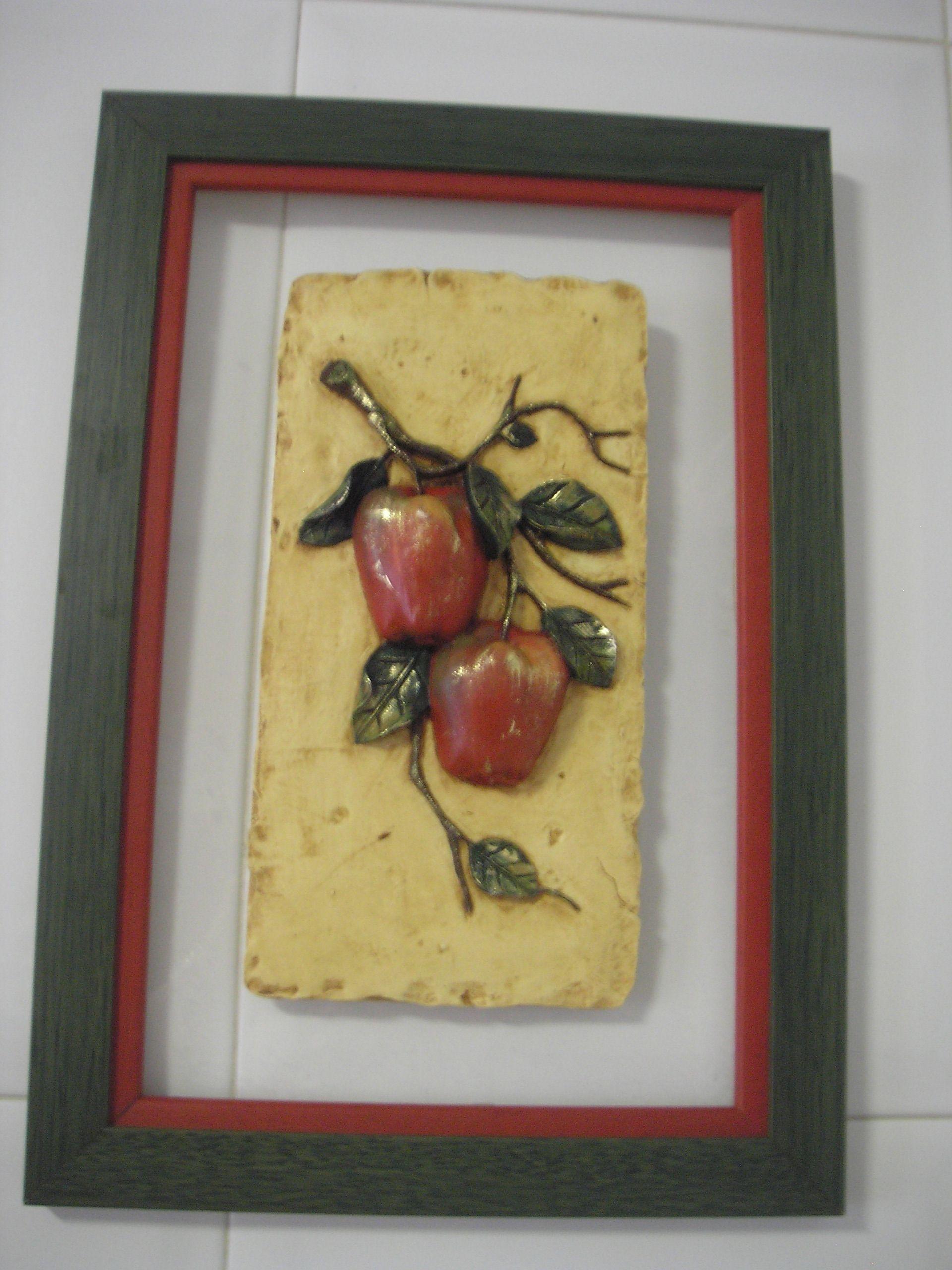 Cuadro hecho con placa de marmolina de motivos frutales, ideal para la cocina