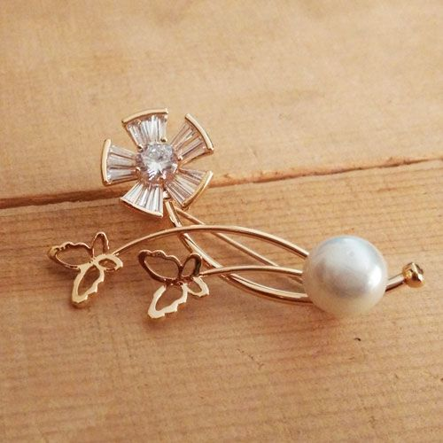 Beautiful combination of elegance and glam with spring touch. Wear it with ur western or indian dress to multiply the beauty. #modern #newarrivals #springqueen #brooches #festivefeel