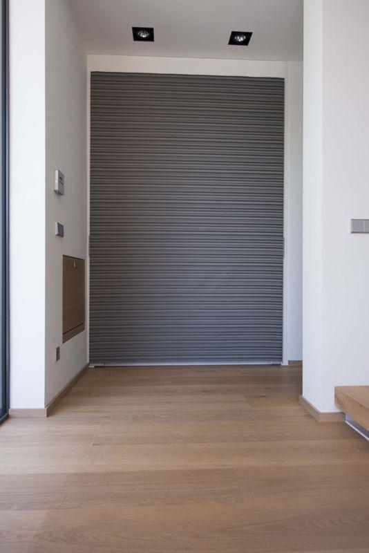 ein schiebe vorhang deckt die garderoben. Black Bedroom Furniture Sets. Home Design Ideas