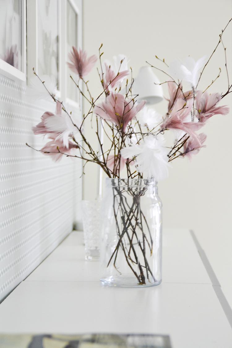 Jarre vase branches customis es avec plumes roses et for Ou acheter des galets decoratifs