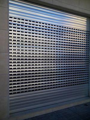 Instalaci n de puertas y persianas de exterior troqueladas for Cortinas para puertas exteriores ikea