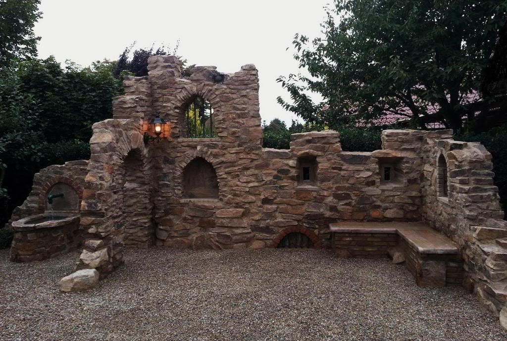 Eine Gartenmauer im Stil einer Ruine aus Sandstein Steine - steine fur gartenmauer