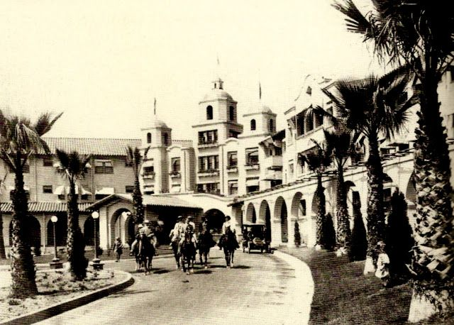 The main entrance of the Beverly Hills Hotel in 1920 which was accessible via automobile, horseback and by trolley.