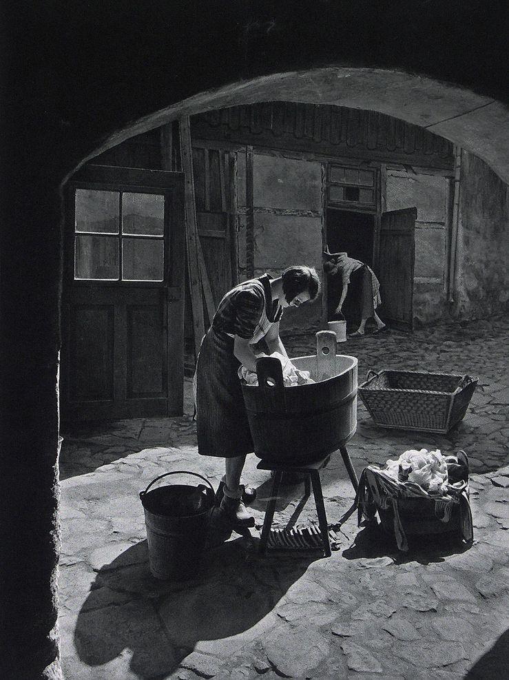 Washing the laundry ca. 1930 Photo: Adalbert Defner