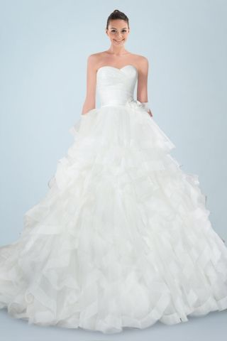 enchanting-sweetheart-neckline-princess-wedding-gown-with-delicate-floral-embellishment-and-tiered-ruffles