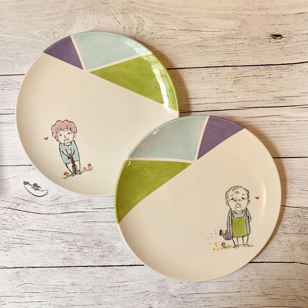 Peinture sur céramique - Duo d'assiettes Papi et Mamie #ceramiccafe L'Atelier Geneviève a ouvert le premier café céramique de Paris. Venez personnaliser vos objets du quotidien au céramicafé. Choisissez la céramique de votre choix, et décorez-la grâce à la peinture et au matériel à disposition, et grâce aux conseils de l'équipe! #ceramiccafe Peinture sur céramique - Duo d'assiettes Papi et Mamie #ceramiccafe L'Atelier Geneviève a ouvert le premier café céramique de Pa #ceramiccafe
