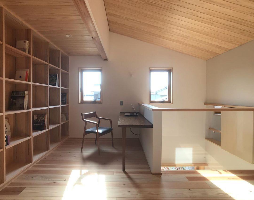 杉板張りの勾配天井が心地良い開放的な書斎コーナー 一枚板の