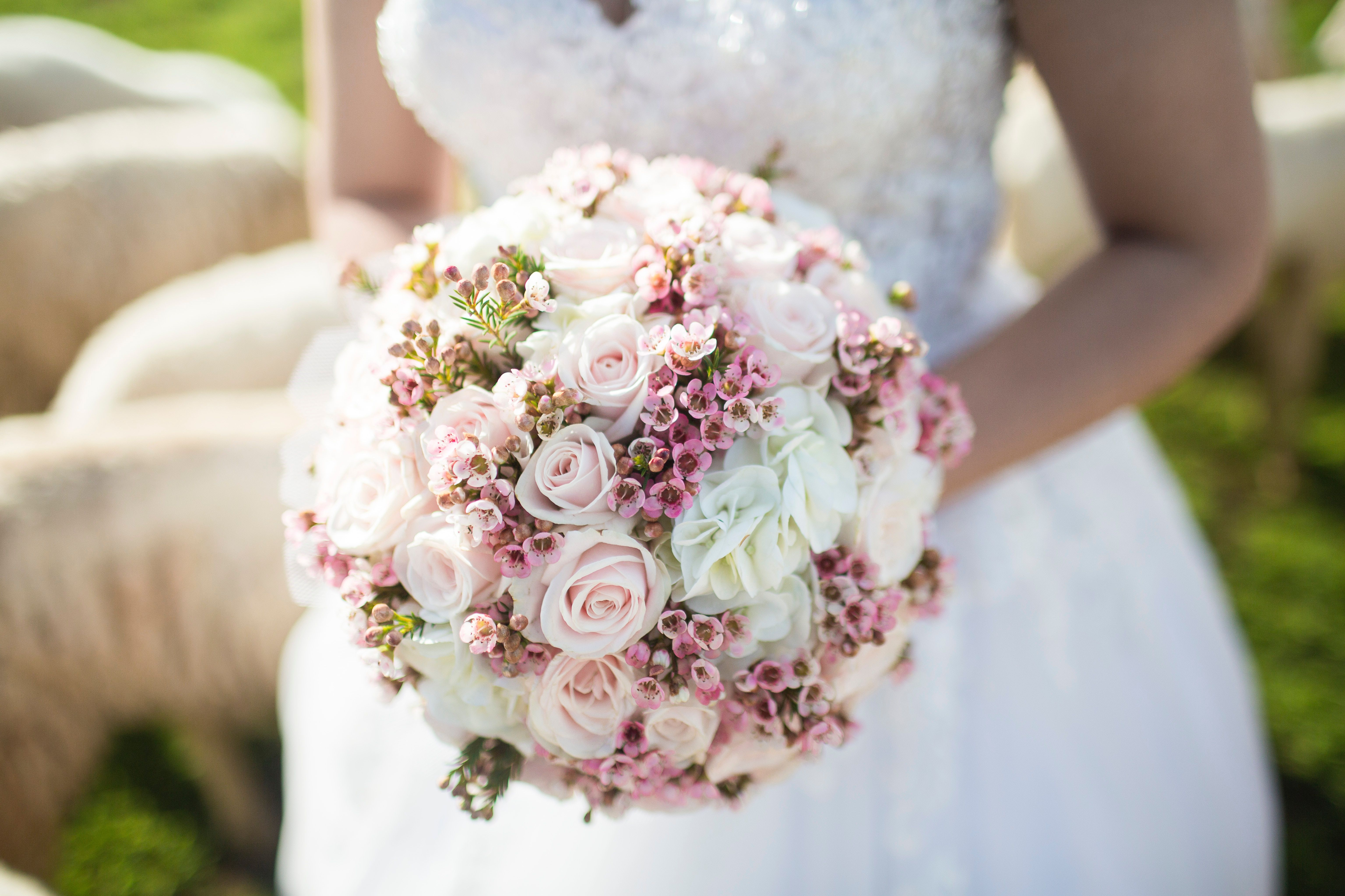 Save Money On Wedding Flowers By Making Your Own Bridal Bouquet Diy Flower Bouquet Wedding Wedding Flower Pictures Bridal Bouquet Cost