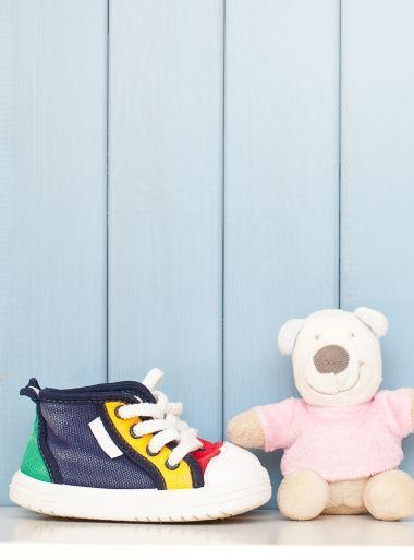Das Ereignis, auf dass alle Eltern sehnlichst mit der Kamera warten: Die ersten Schritte des Kindes! Aber was sollte man dabei beachten und welche Schuhe sind für die Kleinen die richtigen?