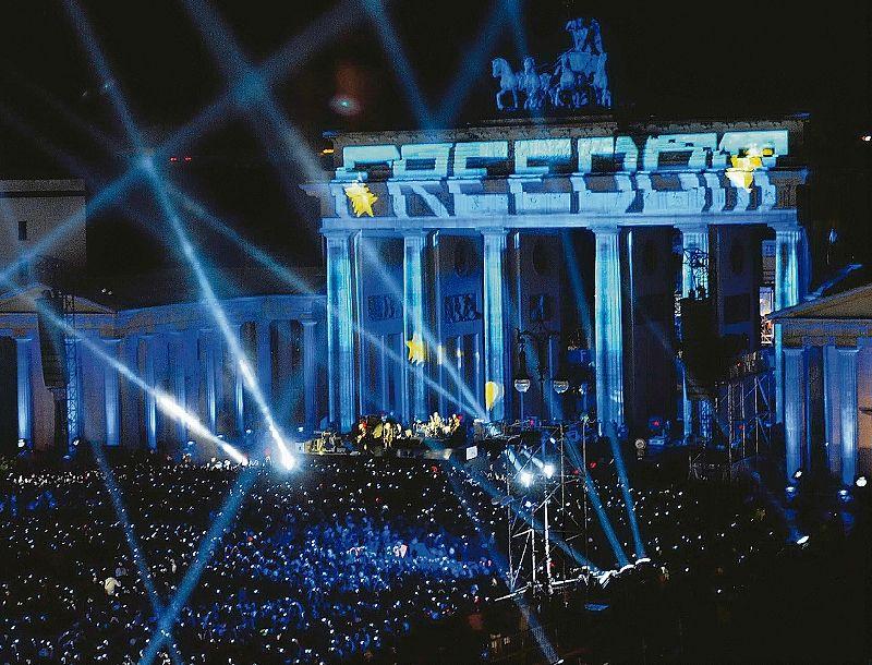 Mauerfall Das Tor Zur Freiheit Berlin Tagesspiegel Tor Mauerfall Das Brandenburger Freiheit Zur Tagesspiegel U2 Buehne Ideale Kulisse In 2020 Home Decor Concert