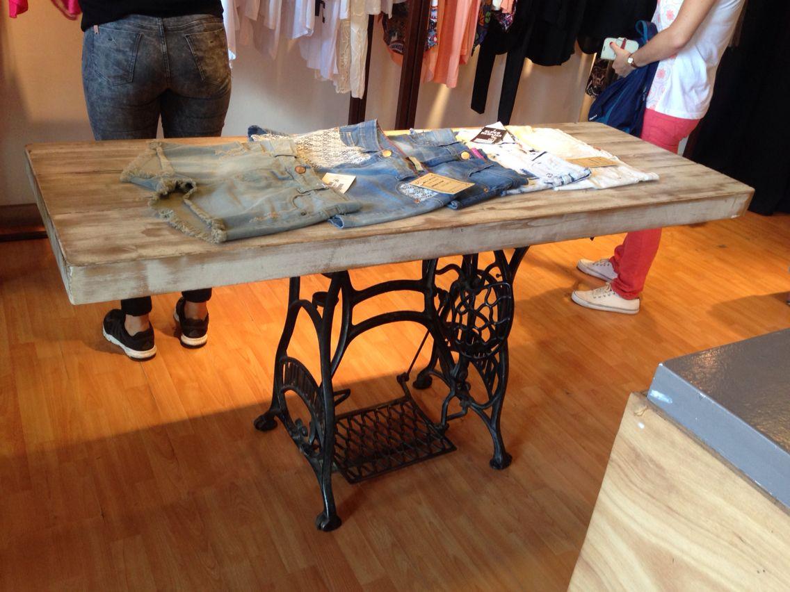 Mesa de madera con pie de maquina de coser Singer | deco estudio ...