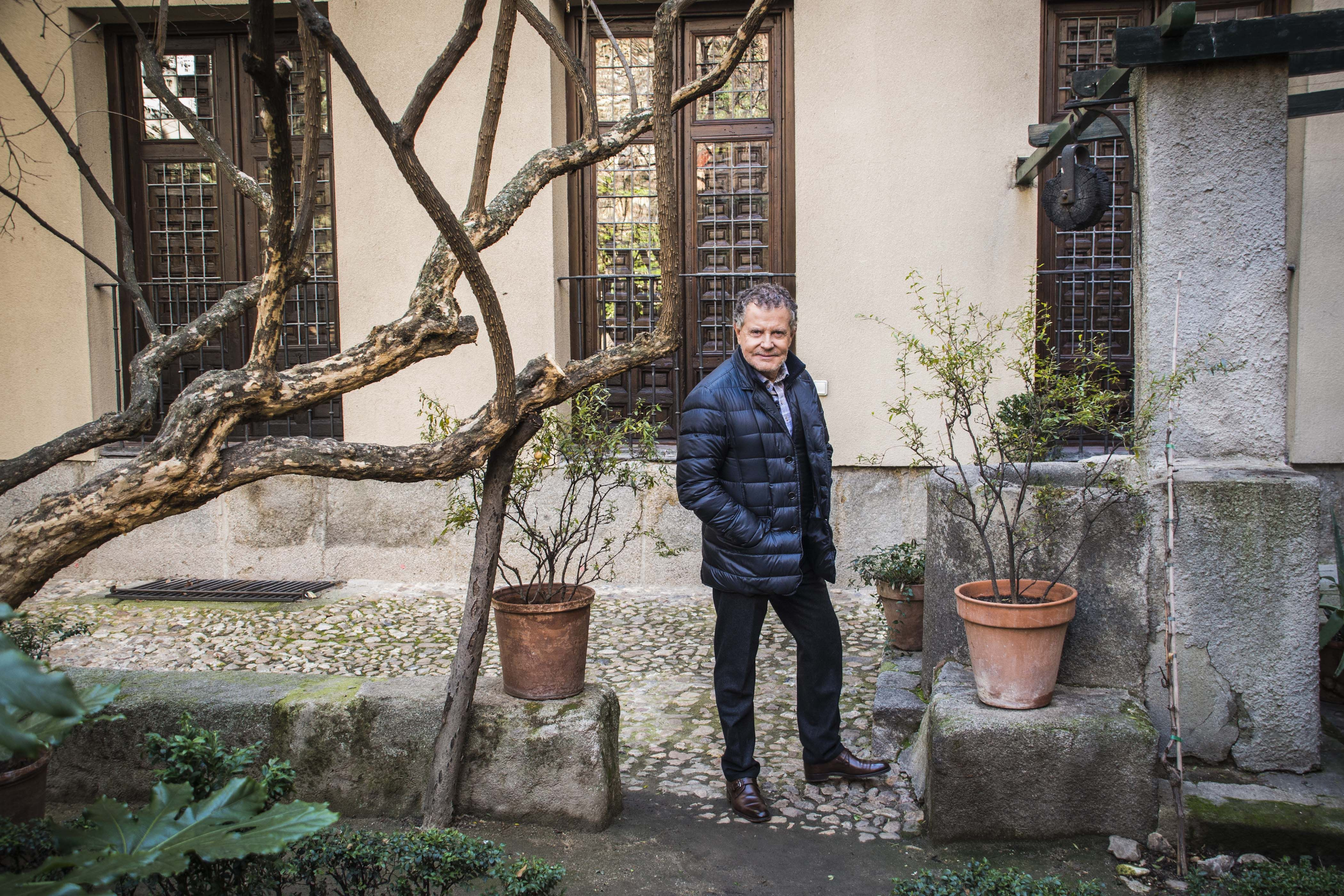 Pascua Ortega posa frente a la fachada de la casa de Lope de Vega, que le encanta. http://decasa.tv/minisites/con-nombre-propio/pascua-ortega