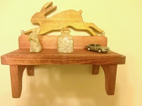 うさぎが走っている木製の飾り棚です。付属の金具で壁付けでお使いいただけます。本体が小さいので重い物を乗せるのは難しいですが、小物を可愛くディスプレイするとイイ...|ハンドメイド、手作り、手仕事品の通販・販売・購入ならCreema。