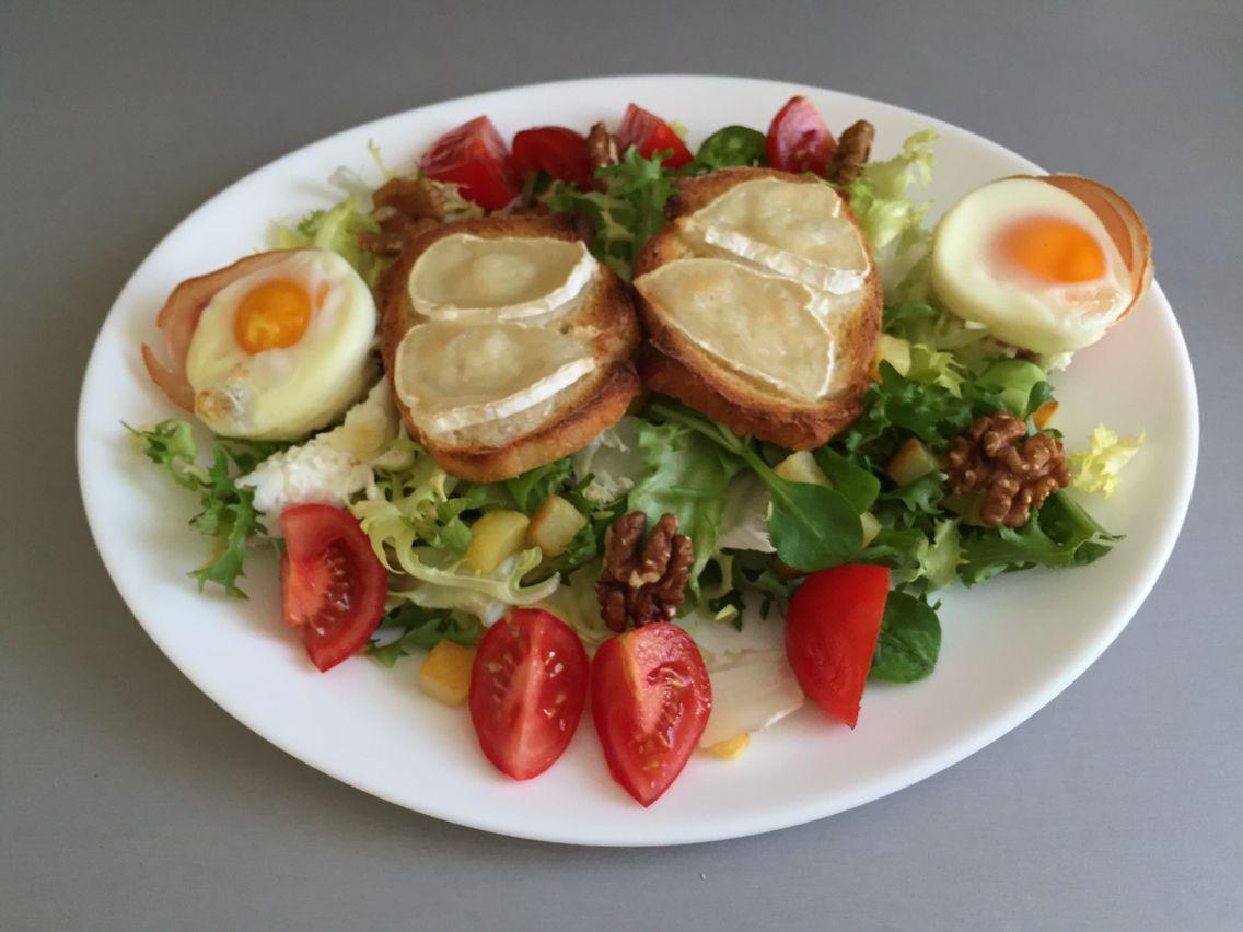 Salade chèvre chaud et œuf en coupelle de Bacon