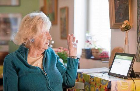 Muuten hyvä palvelu, mutta ei toimi, toteaa Sanna Reiman. Uudella taulutietokoneella ei hänen mukaansa saa läheskään aina yhteyttä hoitajaan. Vanha puhelin tuntuu turvallisemmalta.