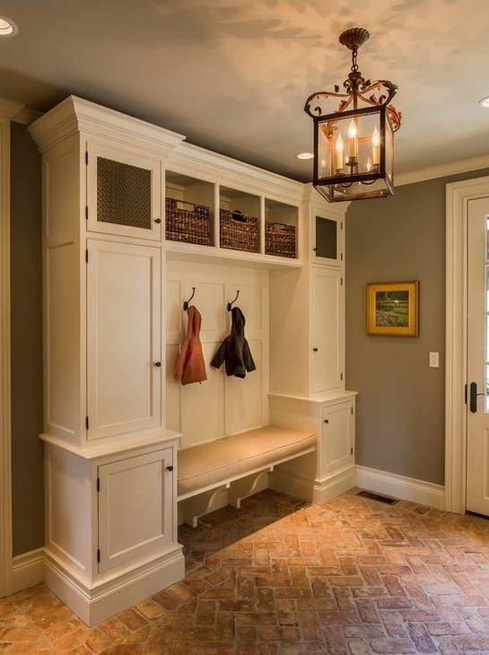 Przedpokoj Klasyczny W Przedpokoju Powinno Sie Tez Znalezc Miejsce Na Laweczke Czy Krzeslo Do Siedzenia Ktore Przydaj Mudroom Flooring Home Traditional House