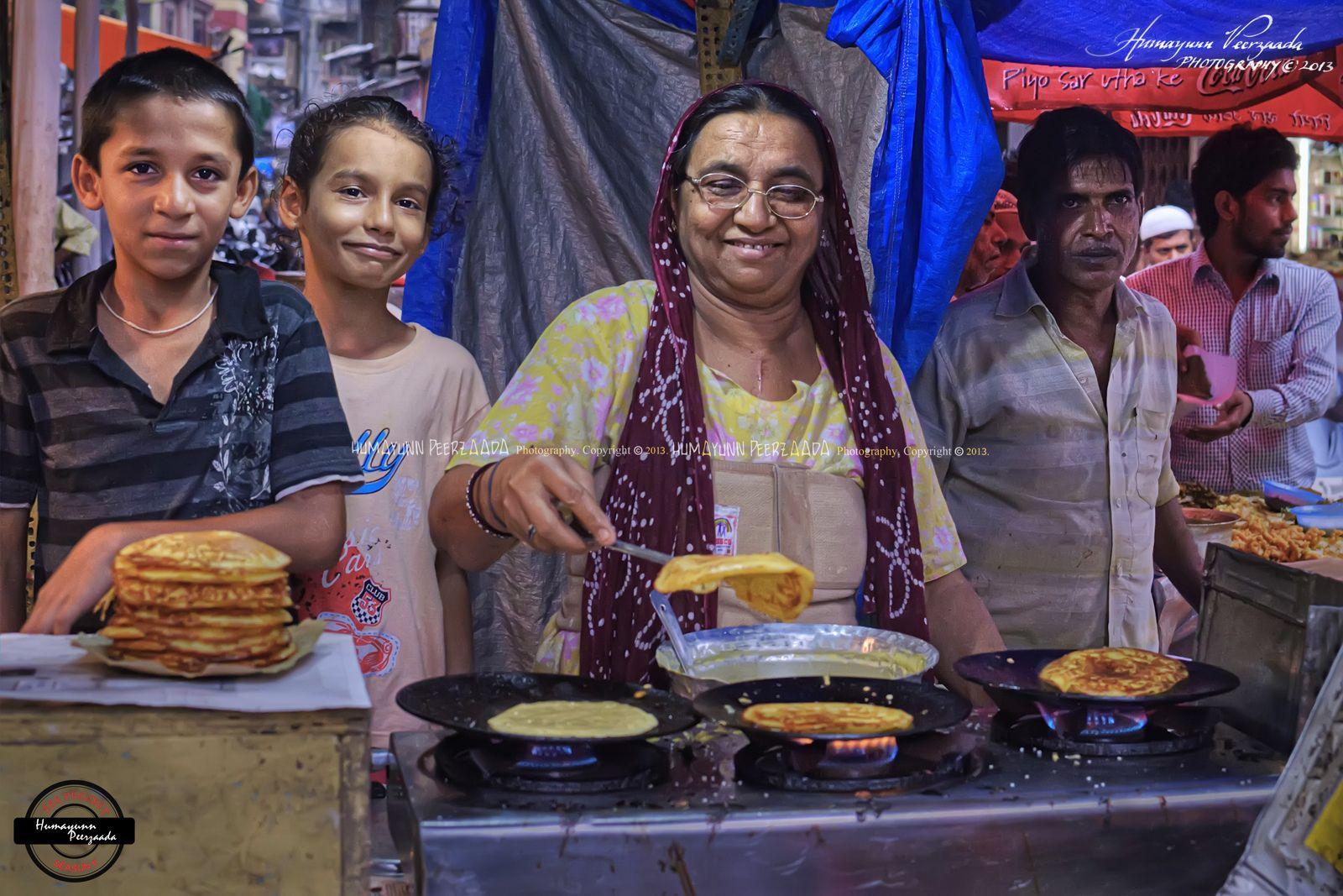 Bhandoli (pancake), Zubeidaa's Bai Stall,  just past Chinese 'n' Grill, IM Road, Foodlane, Mohd Ali Road, Mumbai, Maharashtra - India | by Humayunn Niaz Ahmed Peerzaada
