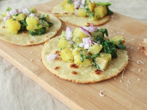 """Eine schnelle Vorspeisen-Idee von dem Food-Blog """"Loeffelchenvollzucker"""" sind die Kartoffel-Tacos mit selbstgemachten Tortillas. Köstlich unkompliziert. http://www.fuersie.de/kochen/foodblogger/artikel/kartoffel-tacos-mit-selbstgemachten-tortillas-rezept"""