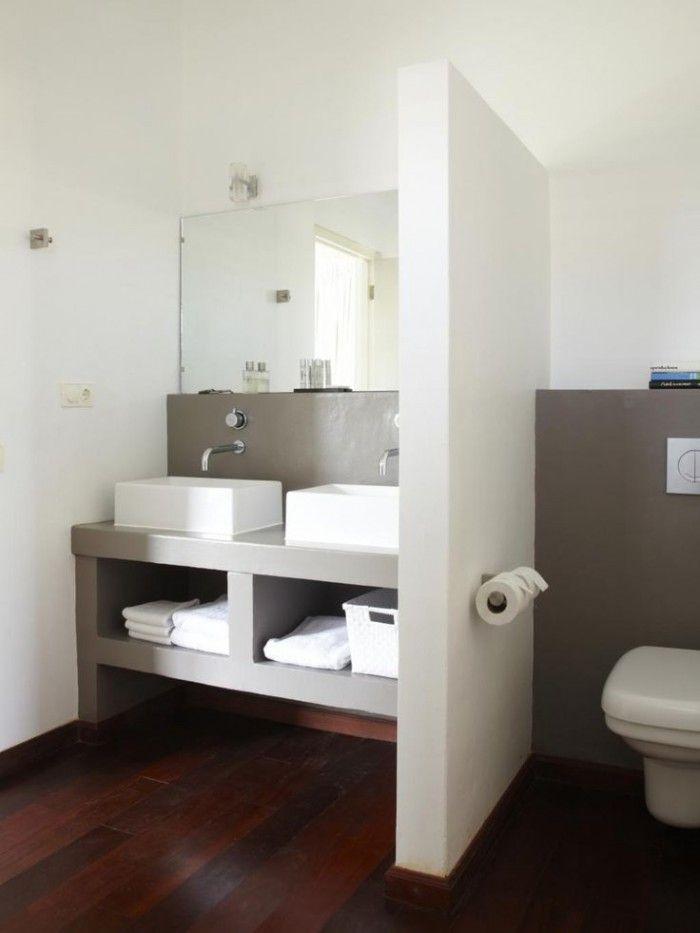 kleine badkamer, heel handig ingedeeld. Uitgevoerd in met kunsthars ...