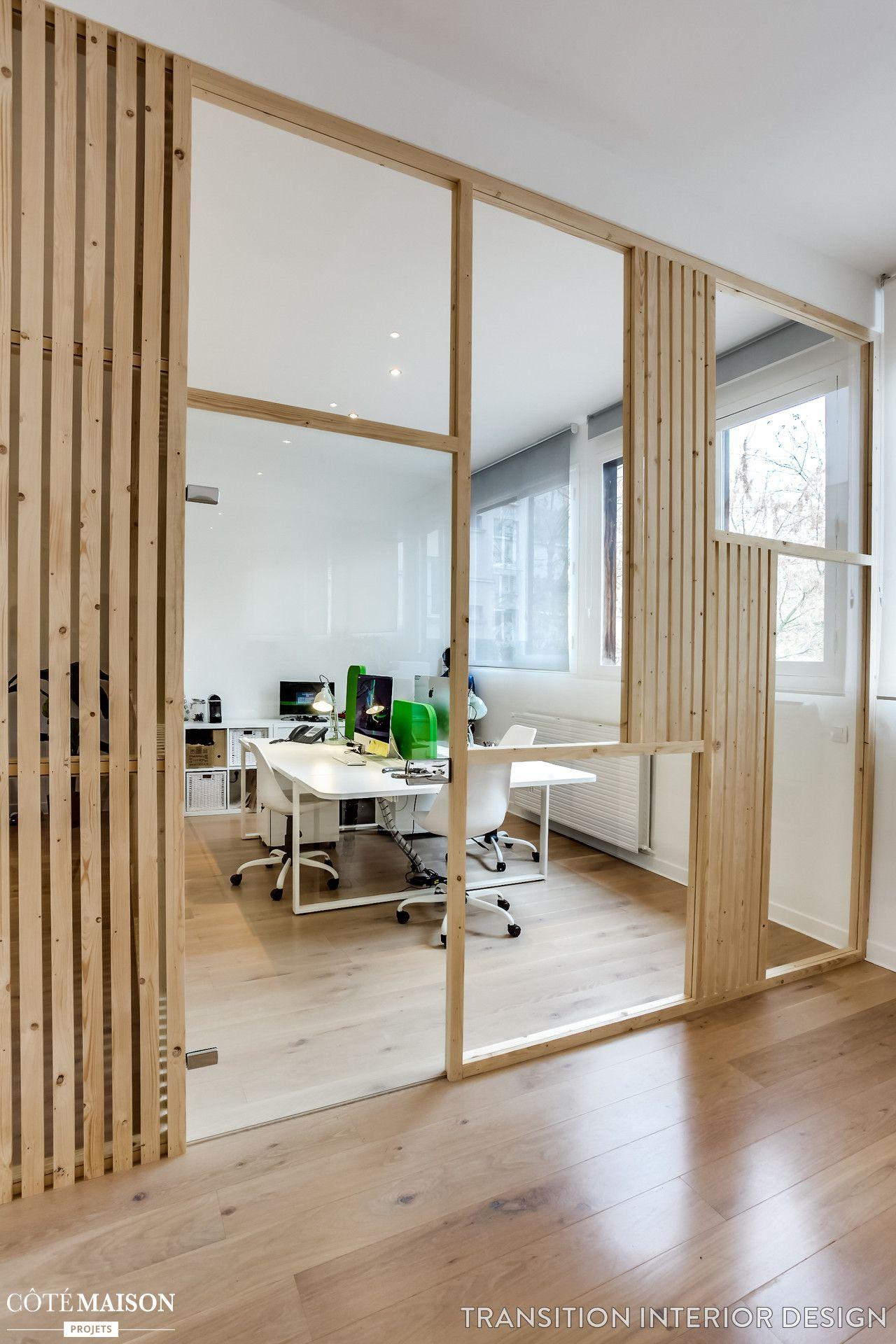 un verrière en bois en guise de séparation pour ce bureau et l'autre