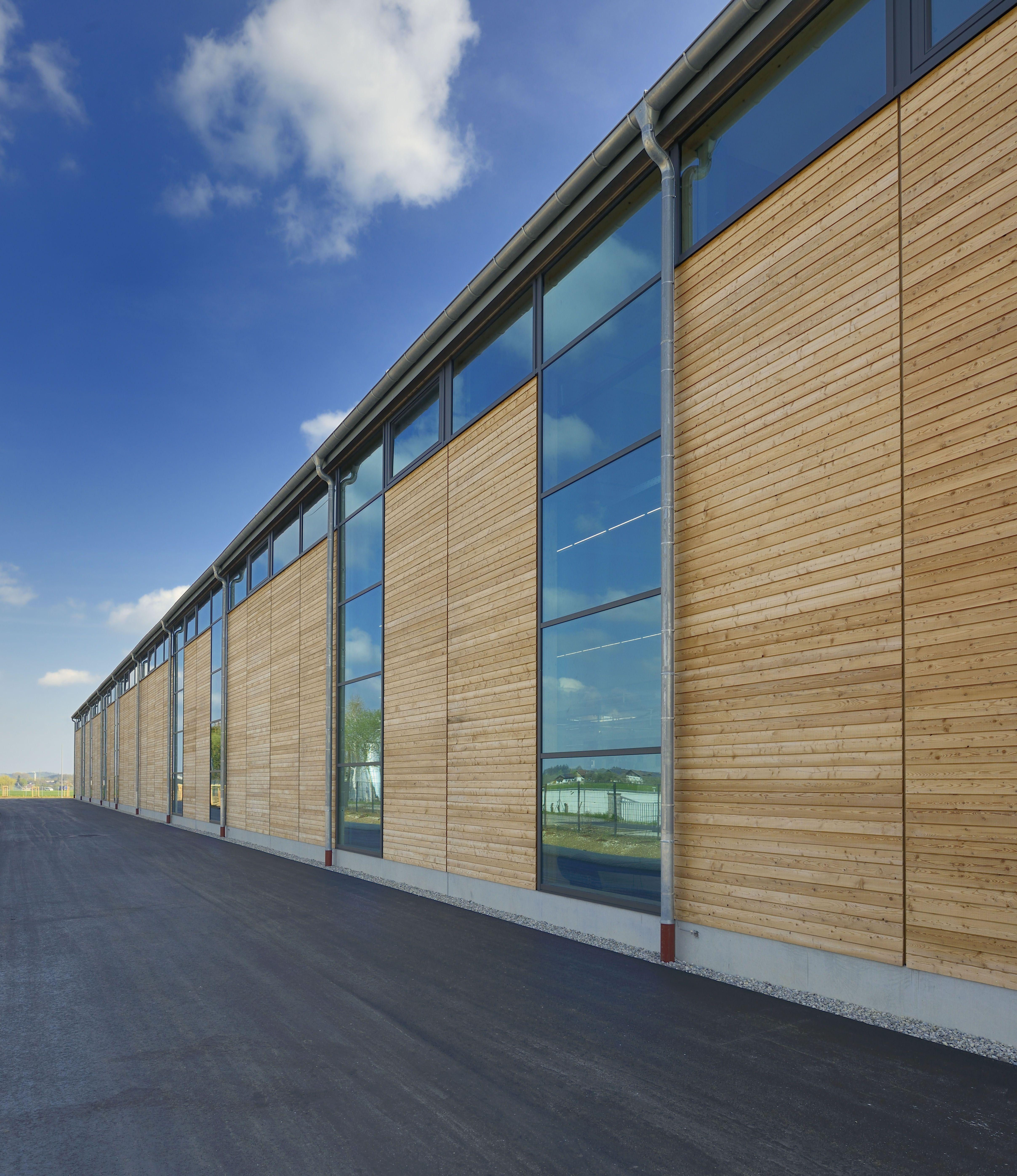 Unsere Eigene Produktionshalle. Durch Die Fassade Aus Viel Holz ... Glas Fassade Spiegelfassade Baumhaus