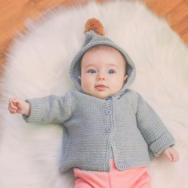 443a63c46e1c casaco bebê unissex de tricô cinza com capuz e pompom    verão tricô ...