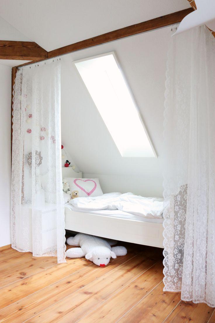 bett unter der dachschr ge mit vorhang leicht abzutrennen ideen dachschr gen und dachboden. Black Bedroom Furniture Sets. Home Design Ideas