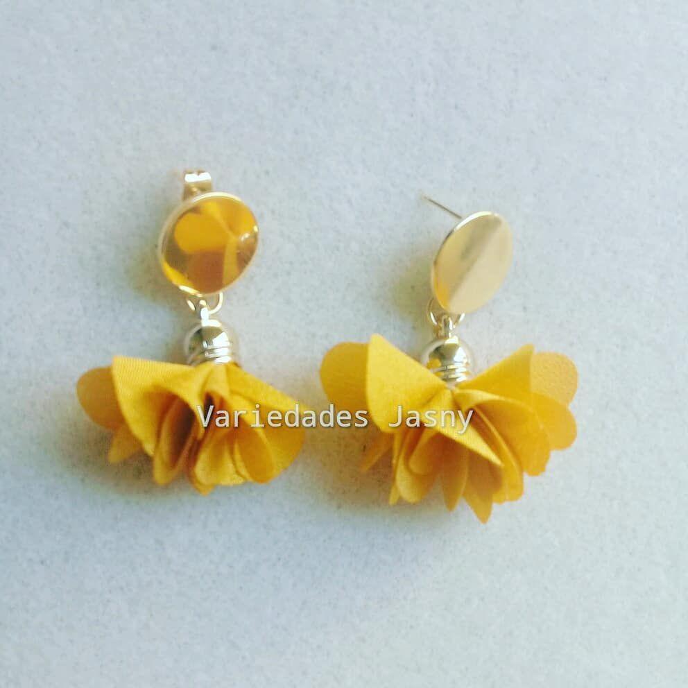de4e3cd737c3  aretes  borla  flor  mostaza  moda  belleza  accesorios  hechoamano   queregalar. Envíos a toda Colombia. Escriba a…