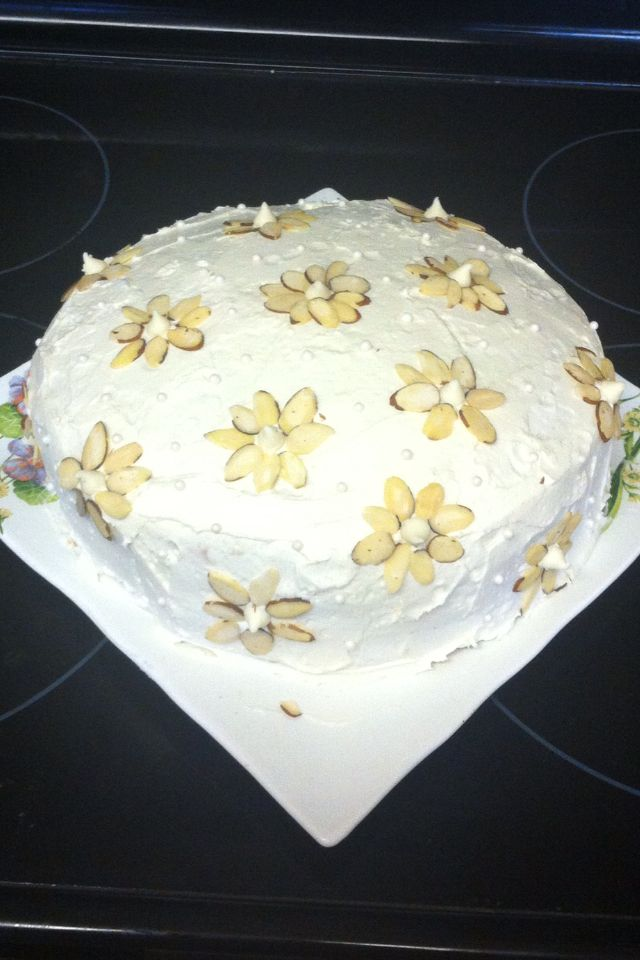 Almond flower cake. Simple and cute!