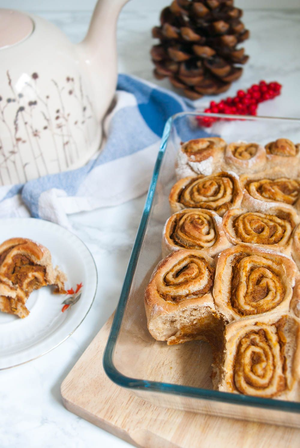 Diese leckeren und gesunden Zimtschnecken mit Kürbisfüllung passen perfekt in den Herbst und sind schnell und einfach gemacht!